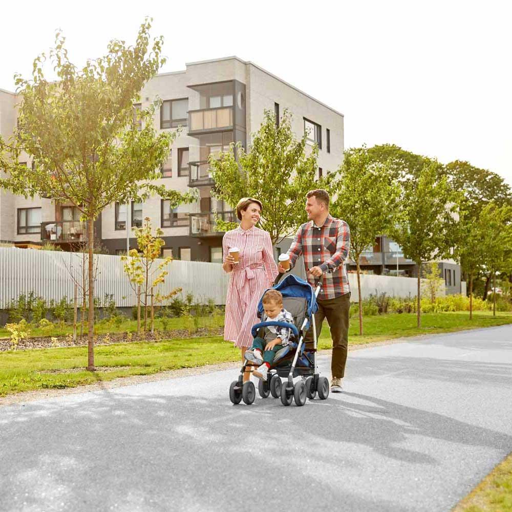 Familie in Wohnsiedlung